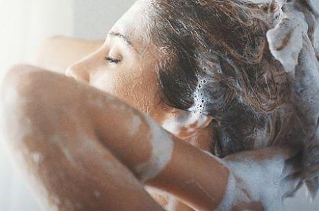 Myślisz, że wiesz, jak myć włosy? Większość z nas całe życie popełnia ten błąd!