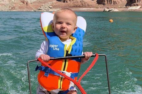 6-miesięczne dziecko na nartach wodnych