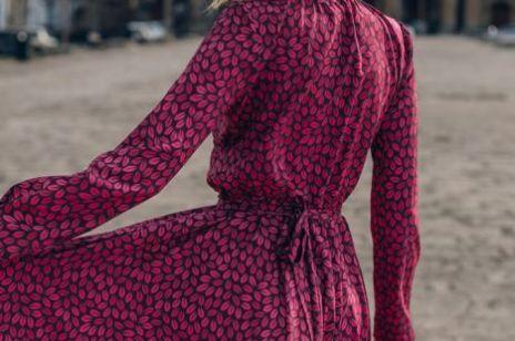 Te sukienki genialnie wyszczuplają i podkreślają talię. Znajdziesz je w sklepie polskiej marki