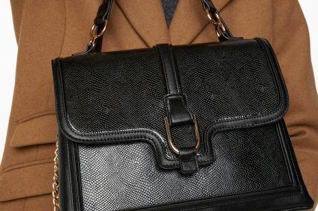 Trendy na jesień 2020 - czarna torebka w stylu vintage Kappahl