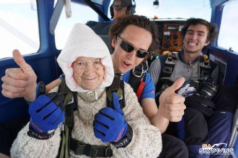 102-latka skoczyła ze spadochronem. Miała bardzo ważny powód!