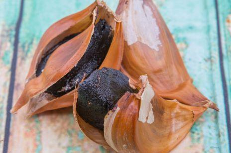 Czarny czosnek, czyli jakie właściwości i zastosowanie ma ten naturalny superfood?