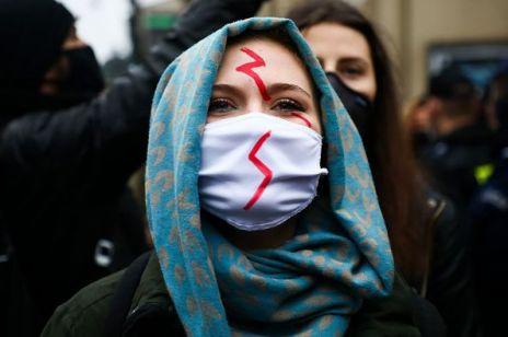 Ginekolodzy wspierają Strajk Kobiet 1-minutowym protestem pod szpitalem w Krakowie. O co chodzi?