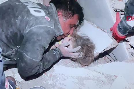 4-latka znaleziona żywa po 4 dobach od trzęsienia ziemi w Turcji. Ratownik nie krył łez wzruszenia!