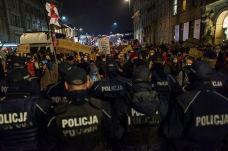 Strajk Kobiet: Policja użyła pałek i gazu łzawiącego wobec protestujących w Warszawie