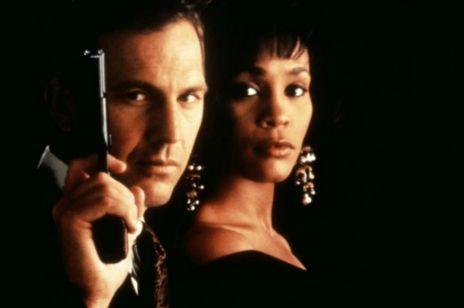 """Śmiertelny wypadek i poronienie Whitney Houston. Kulisy filmu """"Bodyguard"""". Czy ciążyła nad nim klątwa?"""