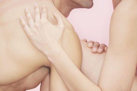 Jak uprawiać seks po cichu? Te pozycje mogą przydać się Wam na świątecznych wyjazdach