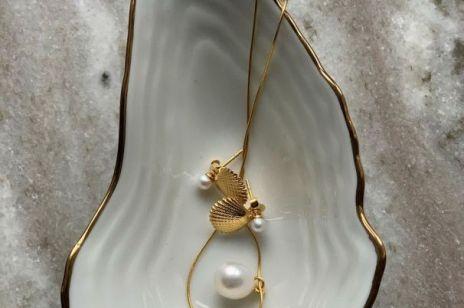 Biżuteria z perłą: co symbolizują perły i jak je nosić?