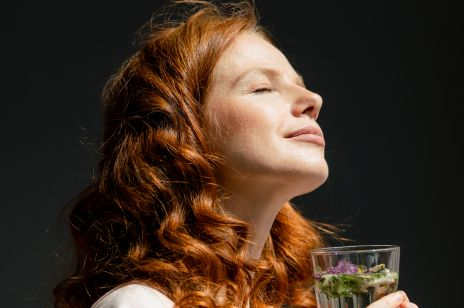 Picie gorącej wody pozytywnie wpływa na organizm. Jak to działa?