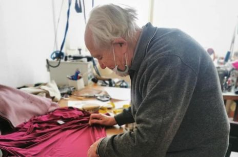 92-letni krawiec niemal stracił swój zakład przez pandemię. Z pomocą przyszła wdzięczna klientka: historia pana Adama wzrusza do łez