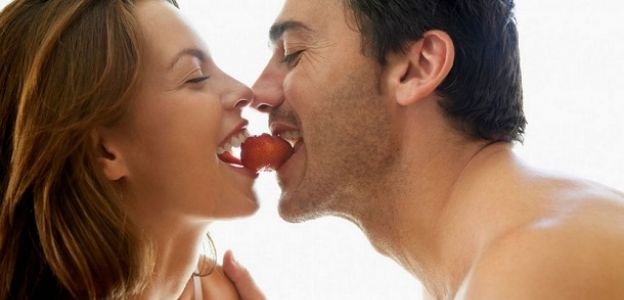 Couple-Eating-a-Strawberry-1000x665