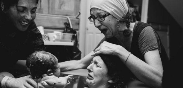 Niezwykłe zdjęcia matek wspierających córki podczas porodu