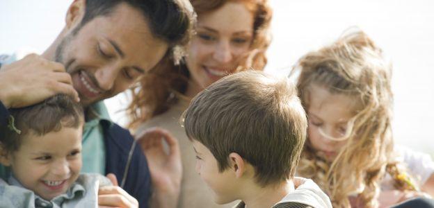 Dotychczas Karta Dużej Rodziny przysługiwała rodzicom trójki i więcej dzieci do 18. roku życia (za wyjątkiem dzieci niepełnosprawnych i uczących się – te mogły korzystać ze zniżek do ukończenia 25 rożu życia).  Z pierwszym stycznia br kryterium wieku zost