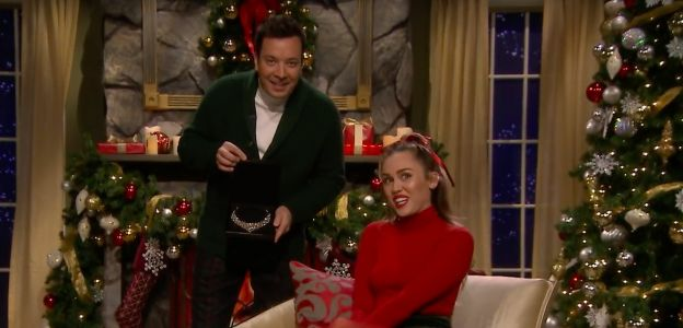 Miley Cyrus śpiewa nową wersję Santa Baby: jest feministycznie i bardzo zabawnie!