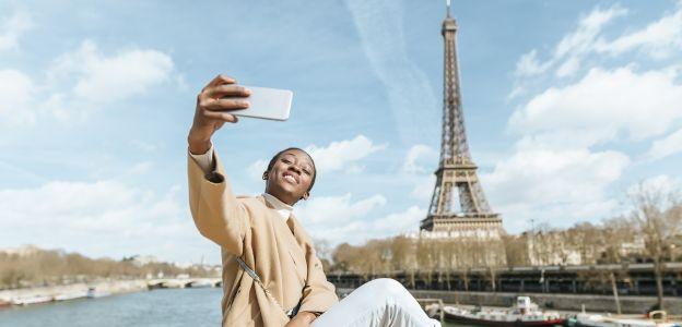 Ortopedzi ostrzegają: na zespół cieśni nadgarstka, czyli nadgarstek selfie cierpi coraz więcej osób. Ta dolegliwość polega na zbyt długim uciskaniu jednego z nerwów i objawia się przede wszystkim z bólem dłoni, mrowieniem i obniżeniem sprawności manualnej