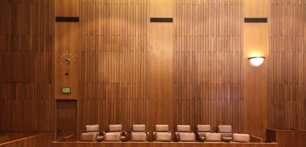 """""""Rajstopy nie mogą być połyskujące"""": kontrowersyjne zarządzenie sądu nakazuje pracownicom określony ubiór"""