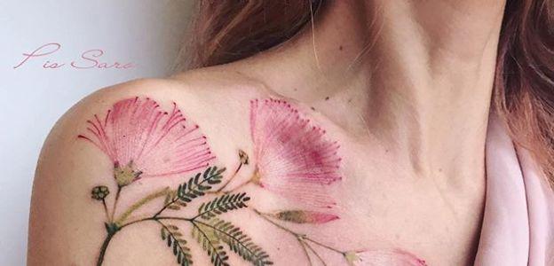 Tatuaże Między Piersiami Modne Wzory Tatuaży Między