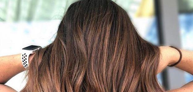 Cynamonowy brąz modny kolor włosów 2019