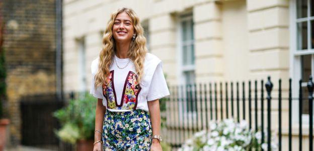 Bluzki w kwiaty: wprowadź wiosnę do swojej garderoby