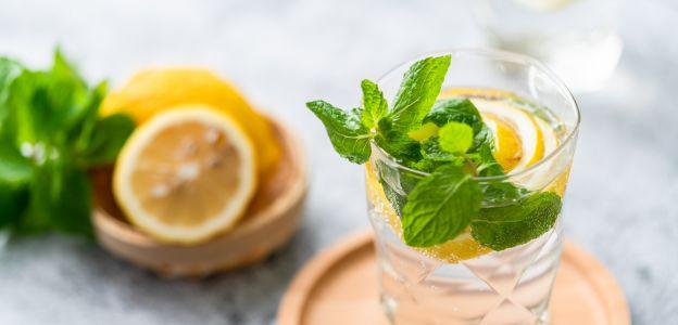 Woda z cytryną: czy jest skuteczna na odchudzanie?