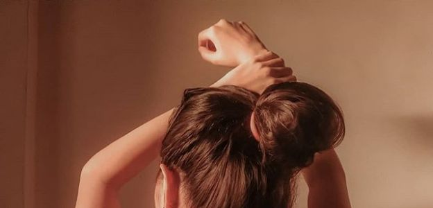 Messy bun - proste upięcie długich włosów