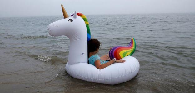 Dziecko dryfujące na jednorożcu po otwartym morzu - jeśli jeszcze nie widziałaś, koniecznie to zobacz!