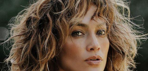 Falujący blond bob Jennifer Lopez