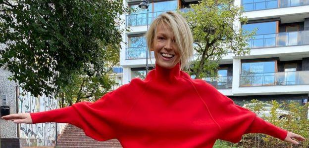 Magda Mołek w czerwonym swetrze i skórzanej spódnicy - cool dziewczyna!