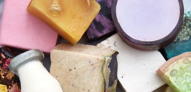 Naturalne mydła, które nie wysuszają skóry zimą