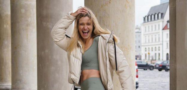 Joanna Koroniewska w krótkim topie, legginsach i kurtce na zimę - pomysł na sportową stylówkę