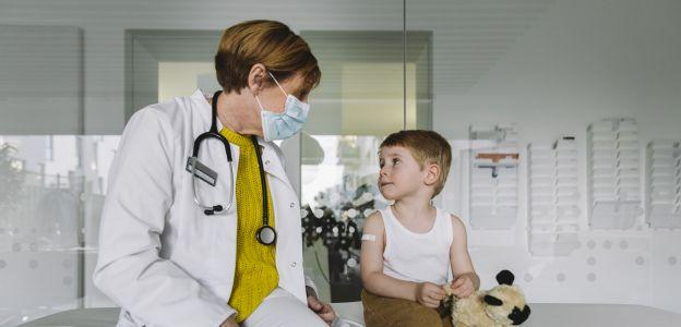 Przełomowe badania polskich naukowców: czy dzieci z nowotworem nie muszą bać się koronawirusa?
