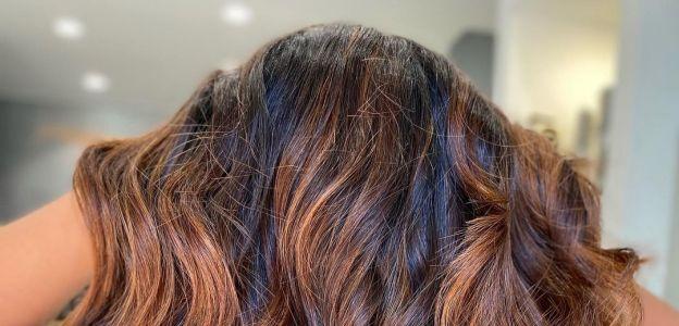 """""""Terracotta hair"""" to hit w koloryzacji włosów na 2021. Co to za kolor i komu pasuje?"""