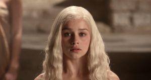 """Emilia Clarke przyznała, że była zmuszana do rozbieranych scen w """"Grze o tron"""". Jej słowa szokują"""