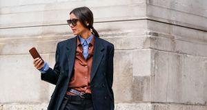 Ta klasyczna koszula to super trend moda wiosna 2020: dlaczego warto w nią zainwestować?