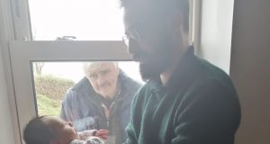 To wzruszające zdjęcie dziadka i wnuka obiegło internet: to obraz tęsknoty i samotności w czasach pandemii