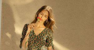 Sukienki midi na wiosnę i lato: w kwiaty, szmizjerki, klasyczne
