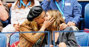 """Cara Delevingne przyznała, że jest panseksualna: """"Zakochuję się w osobie. Nie ma znaczenia czy to """"ona"""", """"on"""" czy """"oni"""""""