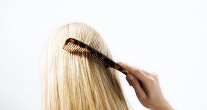Ten drogeryjny szampon może wysuszać włosy i skórę głowy!