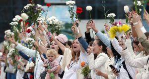 """Białoruś. Kobiety formują żywe łańcuchy na ulicach Mińska. """"Biały protest"""" już przeszedł do historii"""
