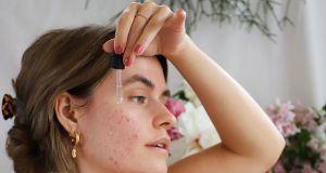 Serum na trądzik. 4 składniki, które skutecznie usuwają wypryski i zaskórniki