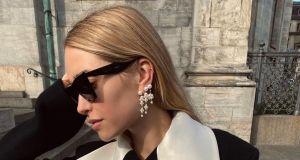 Komu pasuje złota, a komu srebrna biżuteria? Znana blogerka ma na to niezawodny trik