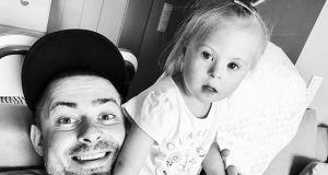 Od trzech lat jest szczęśliwym tatą Jagódki, która zespół ma Downa. Bartek Królik skomentował wyrok TK w sprawie aborcji