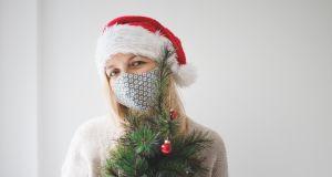 Koronawirus i święta Bożego Narodzenia. Covidowe bombki na choinkę to hit. Producent ma poczucie humoru!