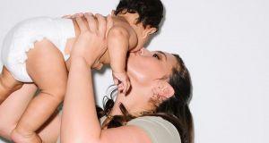 """Ashley Graham dumnie prezentuje ciało rok po porodzie. Dlaczego my nie potrafimy też krzyknąć """"Kocham siebie!"""""""