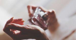 Jak używać perfum? W tych miejscach zapach utrzymuje się najdłużej
