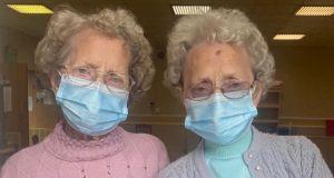 Jedna z dwóch najstarszych brytyjskich bliźniaczek zmarła z powodu COVID-19: siostry przeżyły razem 96 lat
