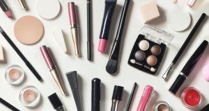 Znana marka kosmetyków znika z rynku. Kultowego rozświetlacza spod jej skrzydeł używali topowi makijażyści