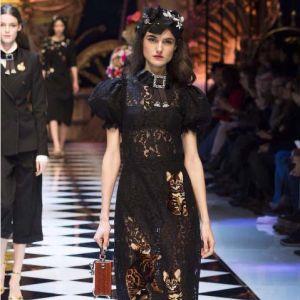 czarna-koronkowa-sukienka