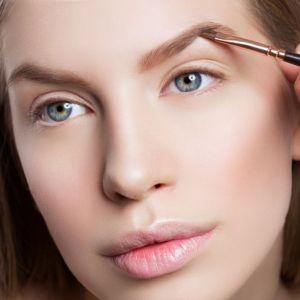 Nowy trend w makijażu: Feathered brows