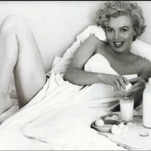 Marylin Monroe pije mleko z dodatkiem surowych jajek